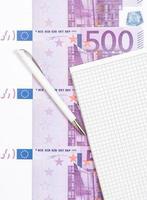 olika eurosedlar bredvid anteckningsblocket foto