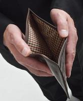 affärsman med tom plånbok foto