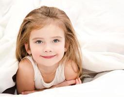 bedårande leende liten flicka vaknade foto