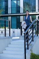 porträtt av affärskvinna som går nerför trappan