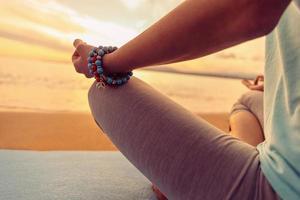 kvinna mediterar i pose av lotus, närbild foto