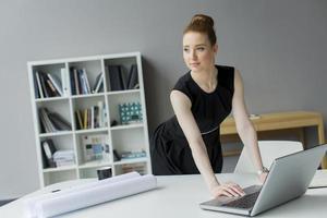 ung kvinna på kontoret foto
