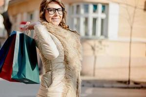 ung kvinna i shopping foto