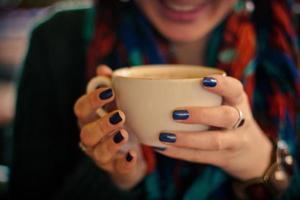 flicka som dricker kaffe. foto