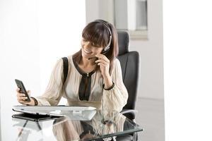 ung affärskvinna på kontoret foto