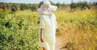 kvinna som går i sommarparken