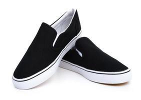 par svarta sneakers på vit foto