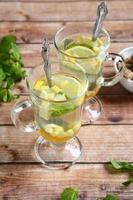 två koppar ingefära te med honung foto
