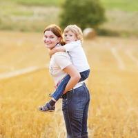 ung mamma och hennes lilla son som har kul foto