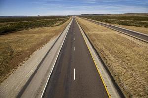 tvåfält bred öppen väg - motorväg foto