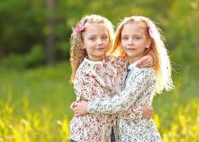 porträtt av två små flickor tvillingar foto