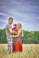 familj med ett litet barn