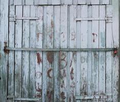 gammal stängd dörr med färg som skalar bort foto