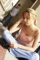 tonårsflicka ser bedrövad. foto