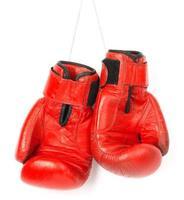 röda boxhandskar på vit bakgrund foto