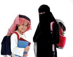 arabisk liten pojke och flicka som går i skolan foto