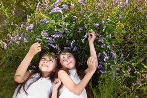 porträtt av två unga flickvänner med blommor