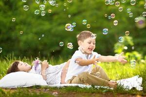 porträtt av en pojke och en flicka på sommaren foto