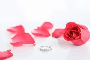 röd ros med ring foto