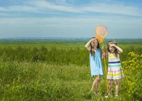barn sommar på ängen med orange nät foto