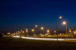 väg nära fabriken på natten. foto