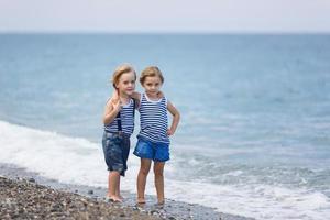 två barn på stranden foto