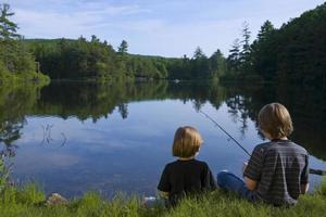 pojkar som fiskar foto