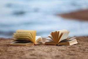 böcker på en strand foto