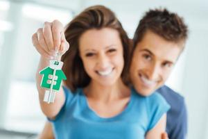 par som köper sitt nya hus foto