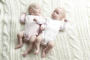 nyfödda tvillingar foto