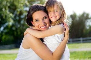 mor och dotter som har kul utomhus foto