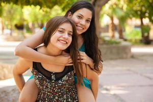 piggyback ridning i en park foto