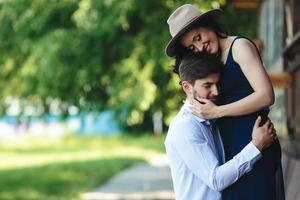man och kvinna som omfamnar varandra foto