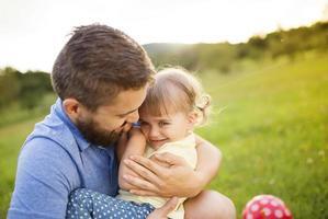 far och dotter spelar foto