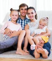 glada föräldrar med två döttrar