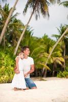 lilla söta flickan och hennes far på den tropiska exotiska stranden foto