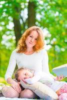 vertikalt porträtt av en mor och dotter i parken