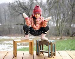 flicka i verandan till ett hus på landet. foto