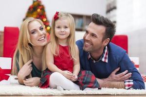 porträtt av kärleksfull familj i jultid foto