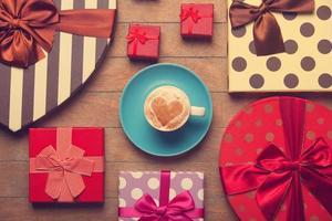 kopp kaffe och julklappar. foto