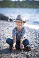 porträtt av en liten pojke som bär hatt foto