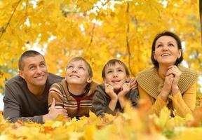 porträtt av lycklig familj