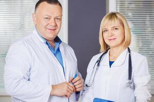 porträtt av två glada mogna läkare. foto