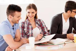 studenter som studerar. foto