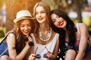 tre vackra unga flickor foto
