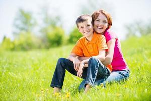 glad mamma och son utomhus porträtt foto