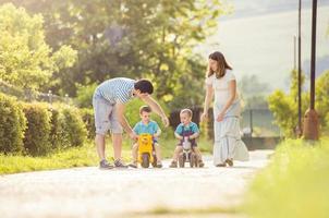 lycklig familj kopplar av foto