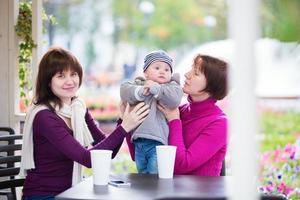 tre generationer familj på ett kafé foto
