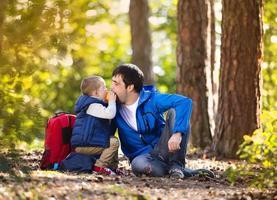 far och son i skogen foto