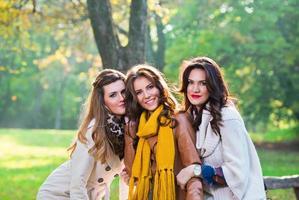 tre vackra unga kvinnor i parken foto